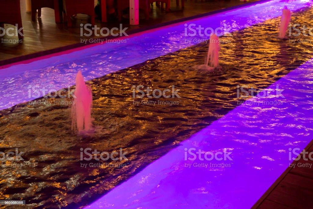 Verlichte paarse led licht naast Waterfontein - Royalty-free Abstract Stockfoto
