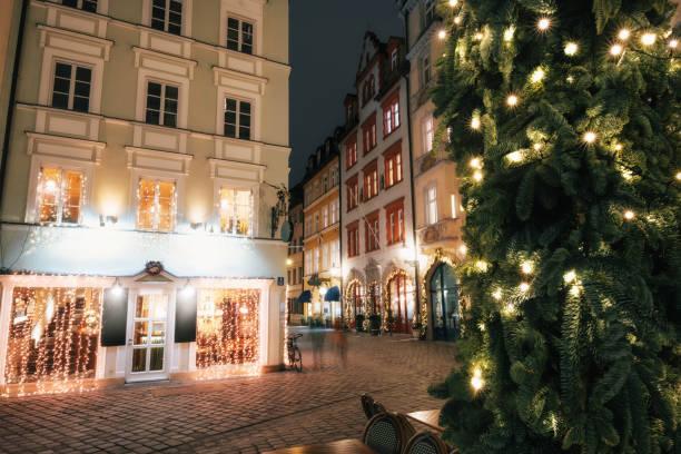 beleuchtete straße in der nacht in münchen, bayern, deutschland - weihnachtsfeier münchen stock-fotos und bilder
