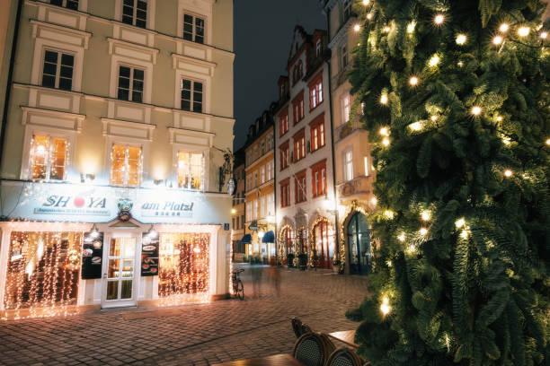 beleuchtete straße in der nacht in münchen, bayern, deutschland - adventgeschichte stock-fotos und bilder