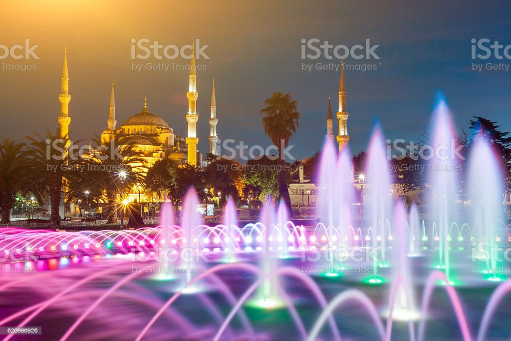 Illuminated Sultan Ahmed Mosque (Blue Mosque) before sunrise, Istanbul, Turkey. foto royalty-free