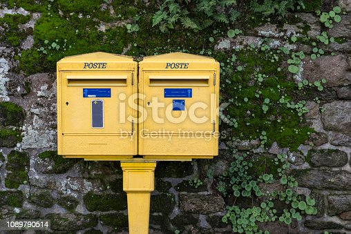 istock Illustration of paper mail 1089790514