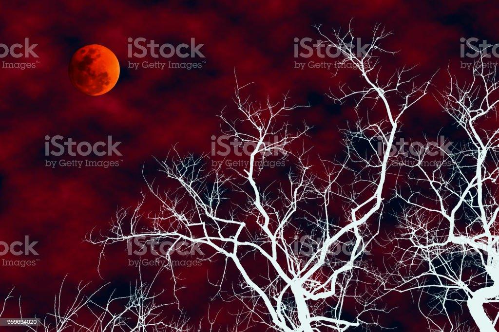 Illustratie van de dode boom witte silhouet met bloed maan foto