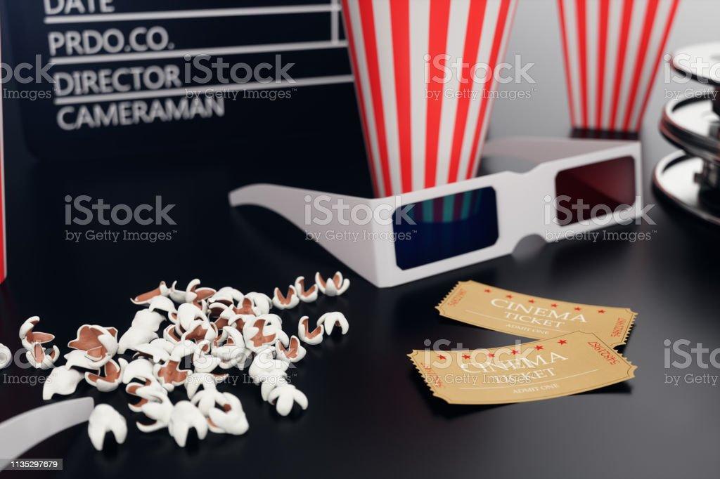 ilustração 3D com pipoca, carretel do cinema, clapperboard e dois bilhetes no backgorund preto com luz azul. Cinema e teatro do conceito - foto de acervo