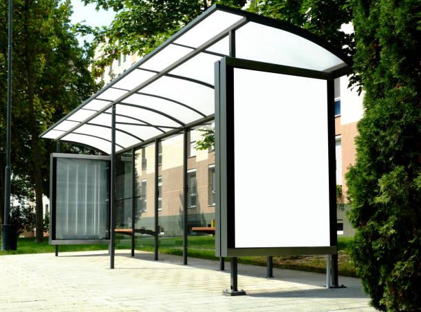 collage d'image de l'abri d'autobus avec l'affichage blanc annonce affiche en verre - Photo