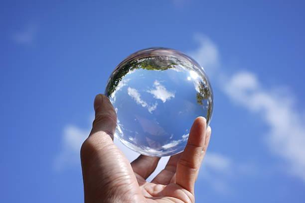 image décrivant la nature - boule de cristal photos et images de collection