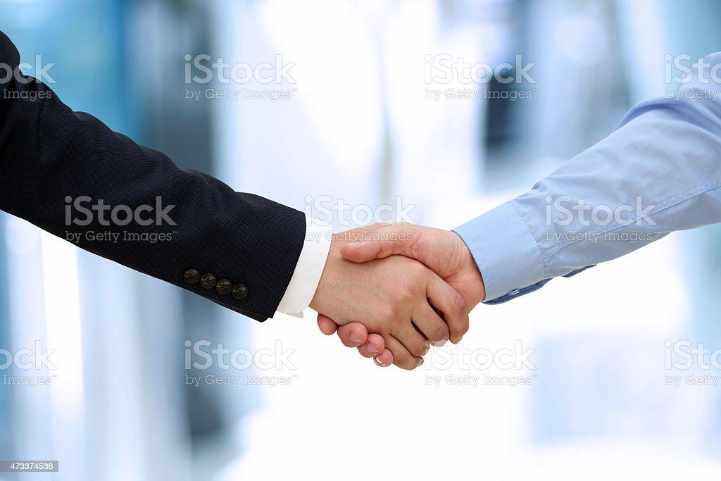 Bild einer festen handshake zwischen zwei Kollegen im Büro. – Foto