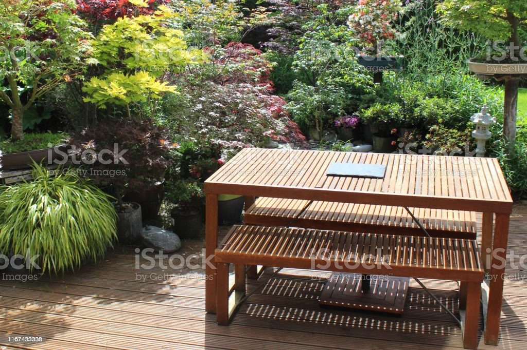 Photo libre de droit de Image Dune Table Et Des Bancs En ...