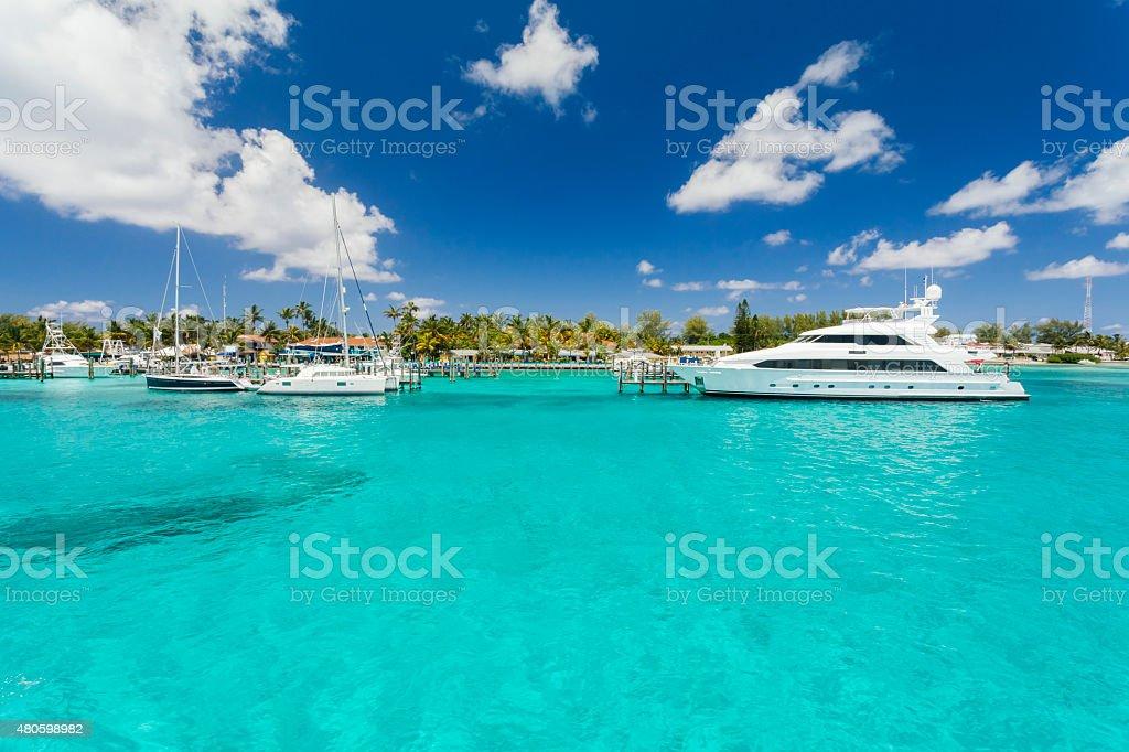 Immagine di un piccolo yacht seduto sul molo. - foto stock