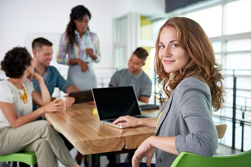 Immagine Di Una Donna Daffari Succesful Casual Usando Il Computer Portatile Durante - Fotografie stock e altre immagini di Abbigliamento casual