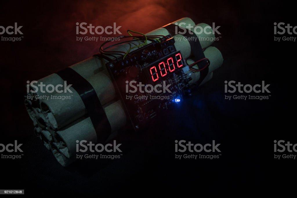 어두운 배경에 시 한 폭탄의 이미지입니다. 어둠을 통해 빛나는 샤프트 빛에 조명 하는 폭발을 카운트 다운 타이머 - 로열티 프리 개념 스톡 사진