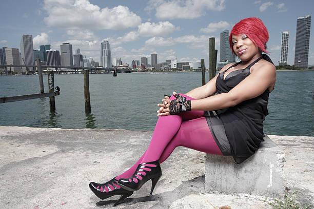 bild einer frau sitzt an der bucht - damen leggings übergrößen stock-fotos und bilder
