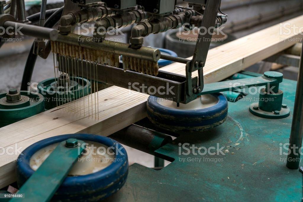 Bild von Klebstoff, Holz für die Produktion – Foto
