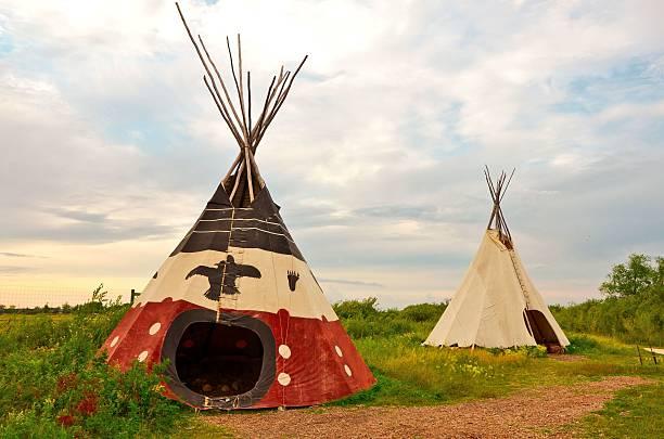 bild von einem first-nations-tee-pee - indianer tipi stock-fotos und bilder