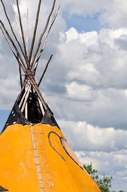 bild von einem first-nations-tee-pee - weidentipi stock-fotos und bilder