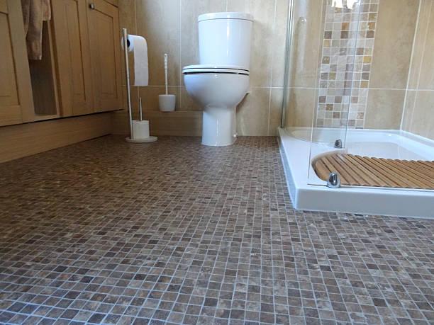 bild von bad/dusche und wc und mosaik pvc-böden - raumteiler weiß stock-fotos und bilder