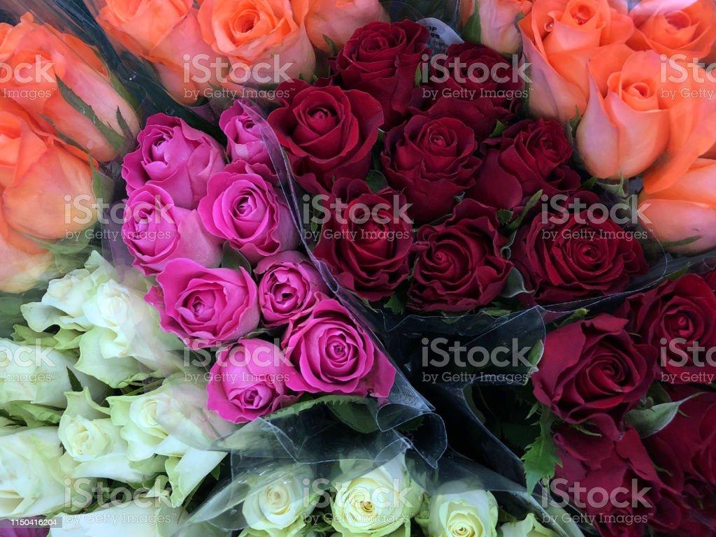 Imagen De Racimos De Rosas Y Flores En El Departamento De
