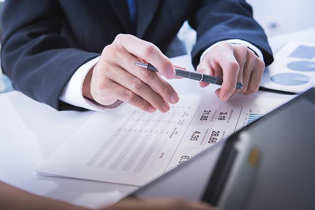 Bild von Geschäftspartnern über Dokumente und Ideen bei mee  – Foto