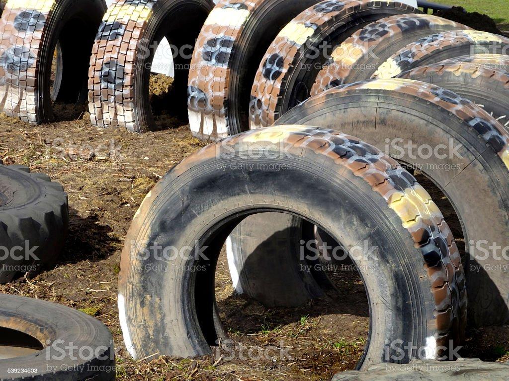 Imagen del patio de juegos para niños con el túnel fabricados de tractor neumáticos foto de stock libre de derechos