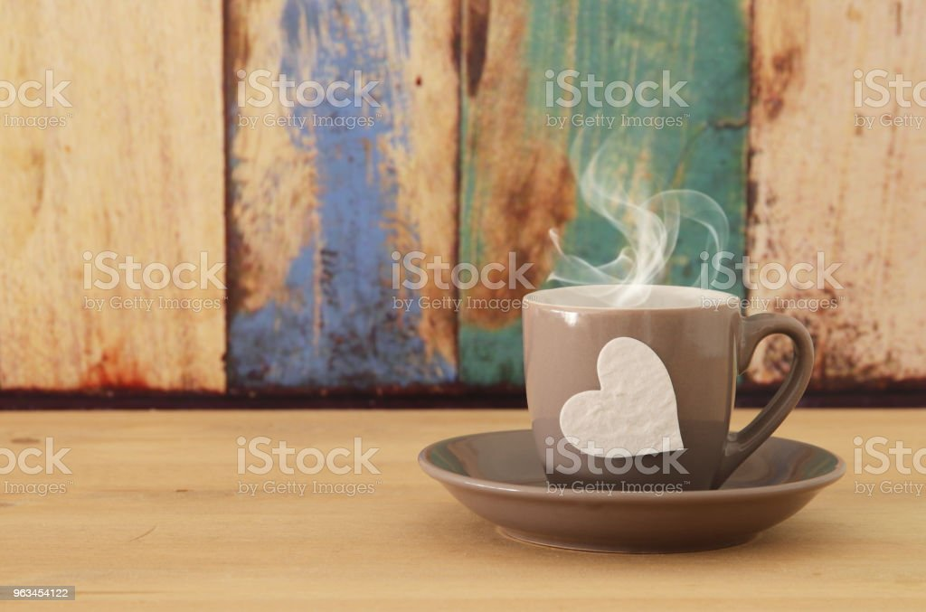 image of coffe cup with heart over wooden table. - Zbiór zdjęć royalty-free (Biuro)