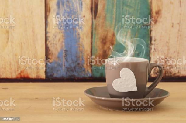 Obraz Filiżanki Kawy Z Sercem Nad Drewnianym Stołem - zdjęcia stockowe i więcej obrazów Biuro