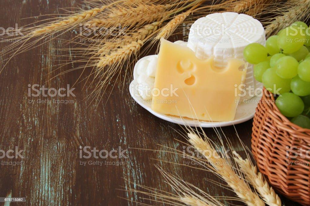 乳製品和水果的形象。猶太節日-五旬節的象徵 免版稅 stock photo