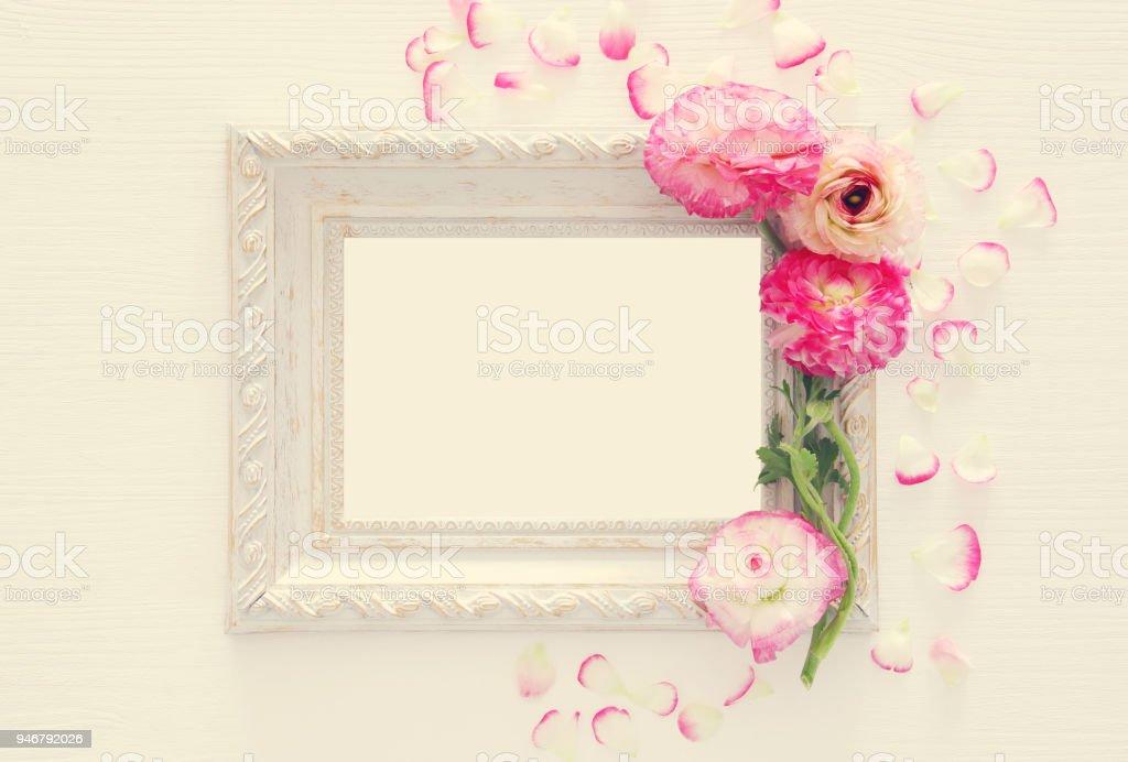 Bild Des Zarten Pastell Rosa Blumen Anordnung Und Leere Vintage ...