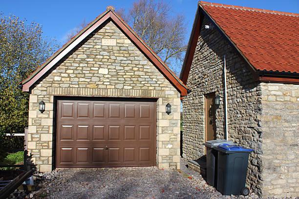 bild von freistehenden garage, hoch und über garage door, bungalow der haustür wheelie-bins - mülltonnenhäuschen stock-fotos und bilder