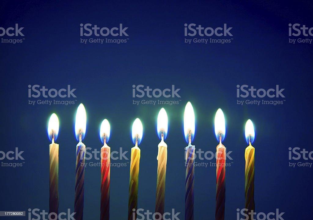 Imagen de ocho vela de cumpleaños sobre fondo azul - Foto de stock de Acontecimiento libre de derechos