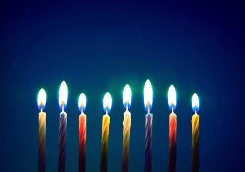 Imagen De Ocho Vela De Cumpleaños Sobre Fondo Azul Foto de stock y más banco de imágenes de Acontecimiento