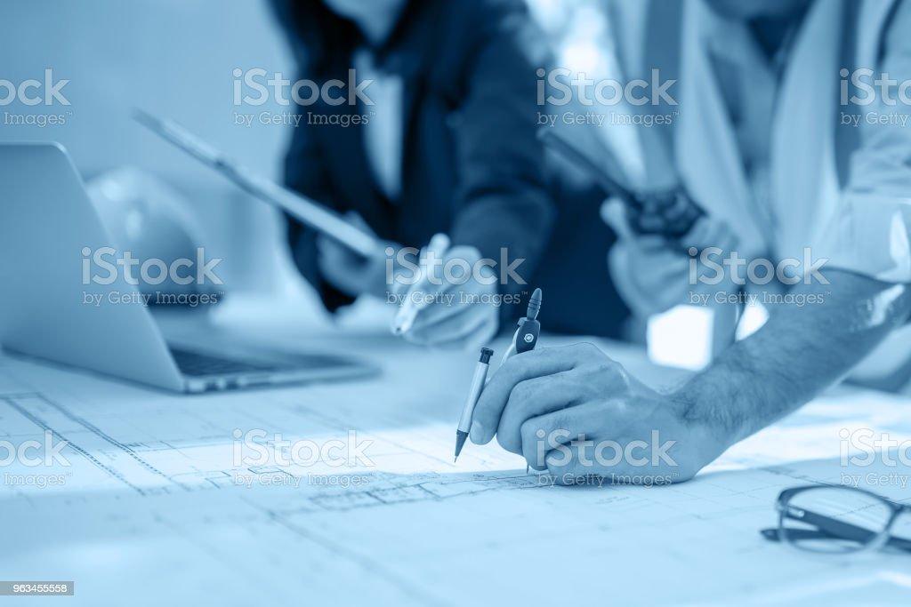 Mimari proje için toplantı mühendisinin resmini ortak çalışan ve işyeri araçlarda mühendislik, Film etkisi - Royalty-free Adamlar Stok görsel