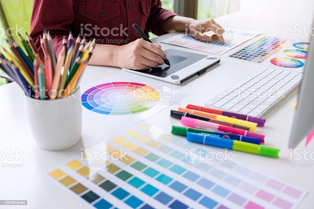 Görüntü renk seçimi üzerinde çalışma ve grafik tablet işyerinde çizim kadın yaratıcı grafik tasarımcı - Royalty-free Bilgisayar Stok görsel
