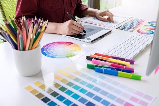 Görüntü Renk Seçimi Üzerinde Çalışma Ve Grafik Tablet Işyerinde Çizim Kadın Yaratıcı Grafik Tasarımcı Stok Fotoğraflar & Bilgisayar'nin Daha Fazla Resimleri