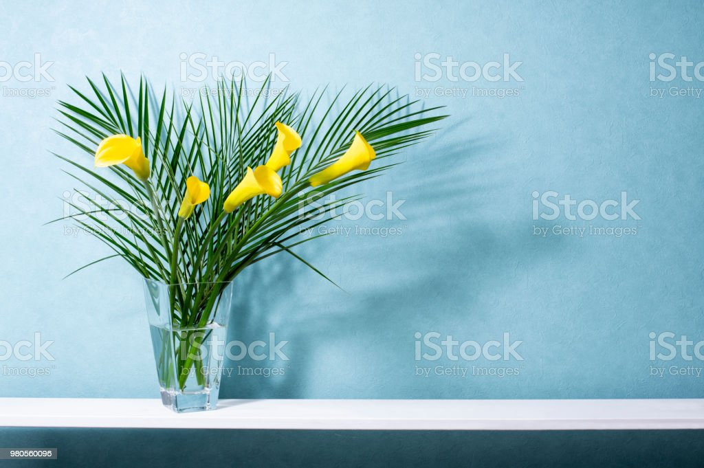 image de l'arrangement de la fleur et du plateau - Photo