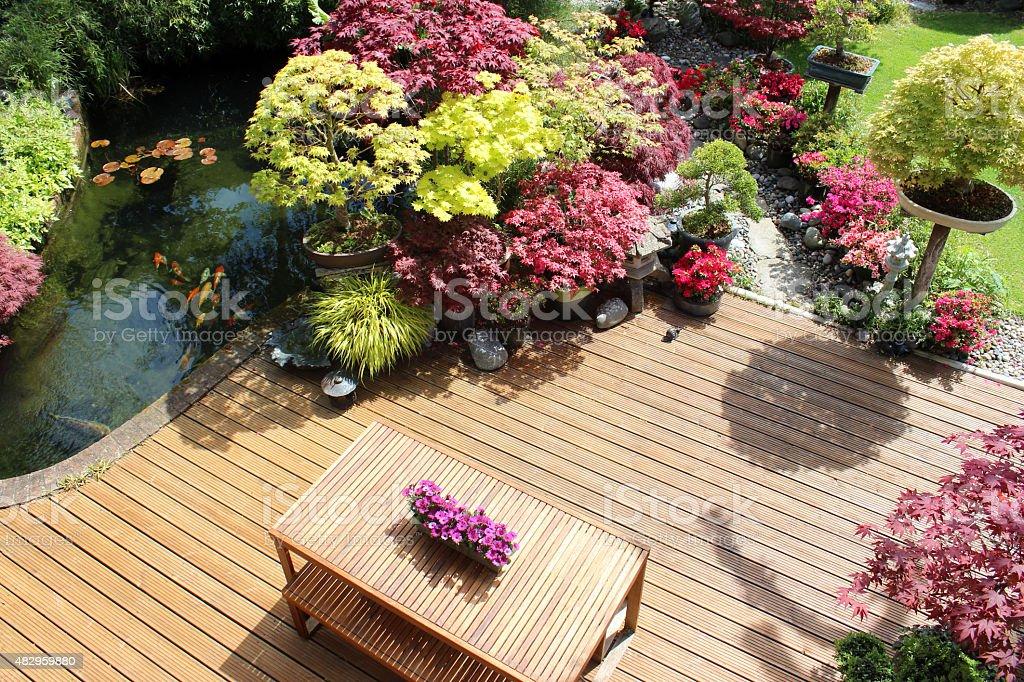 Immagine di legno sopra giardino con laghetto di carpe for Laghetto giapponese