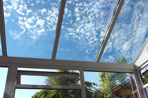 изображение стеклянной оранжереей крыша вставки из той же ткани с тонированной стеклянной очистки - оранжерея стоковые фото и изображения