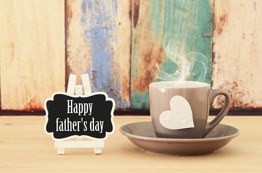 Sıcak Kahve Ya Da Çay Ahşap Masa Üzerinde Görüntü Babalar Günü Kavramı Stok Fotoğraflar & Ahşap'nin Daha Fazla Resimleri