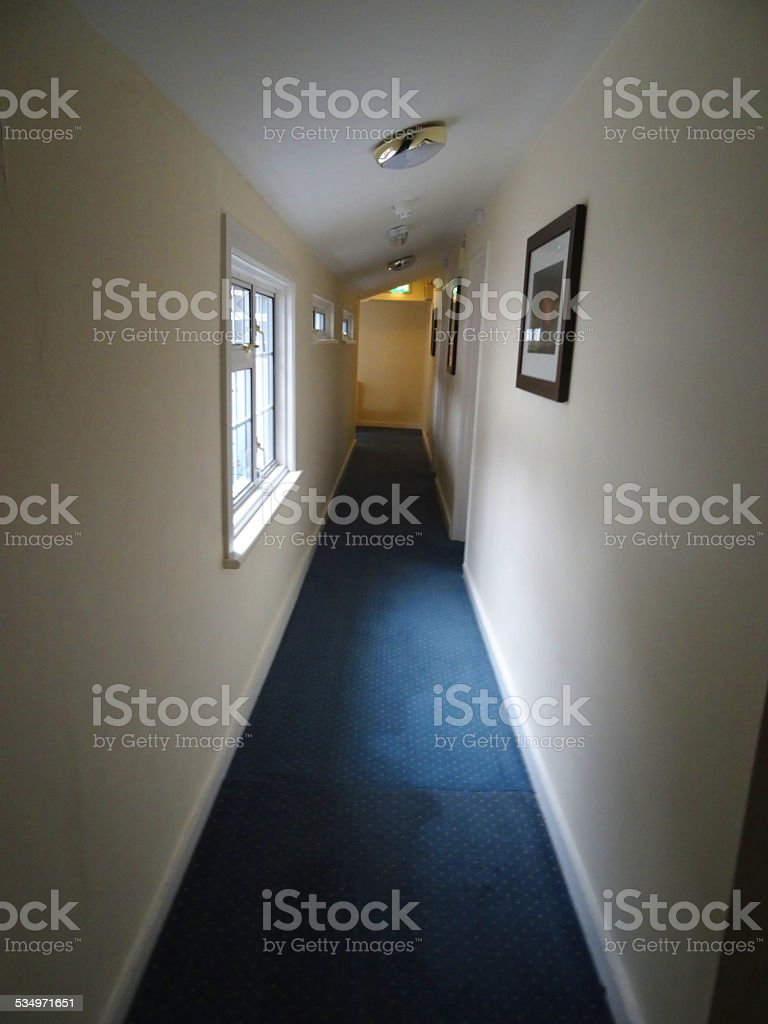 Bild Von Hotelkorridor Holzernen Zimmerturen Blauem Teppich Schrager
