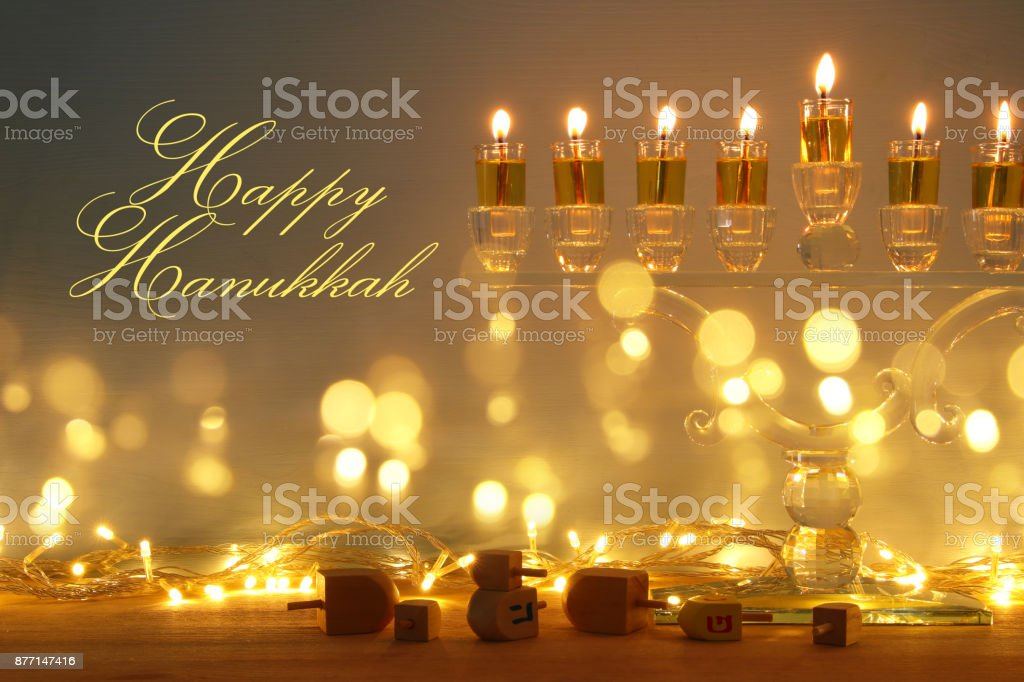 ユダヤ人の祝日のハヌカ本枝の燭台 (伝統的な燭台) やキャンドルで背景のイメージ。 ストックフォト