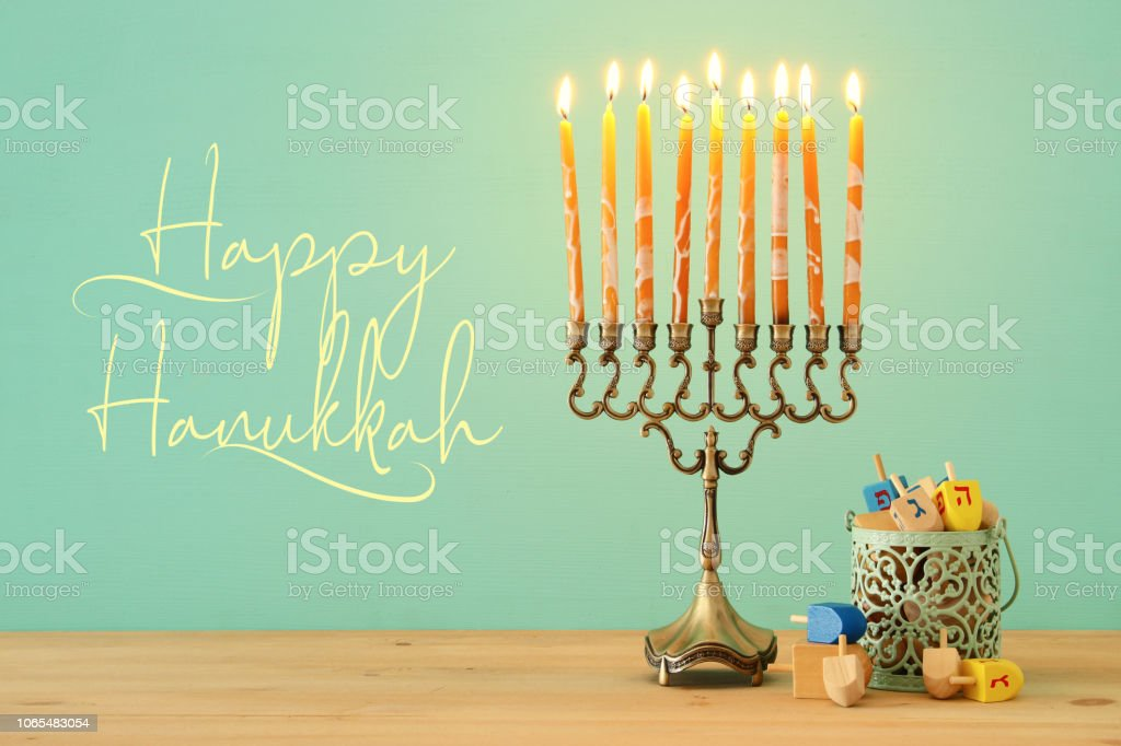 ユダヤ人の祝日のハヌカ本枝の燭台 (伝統的な燭台) と背景の画像です。 ストックフォト