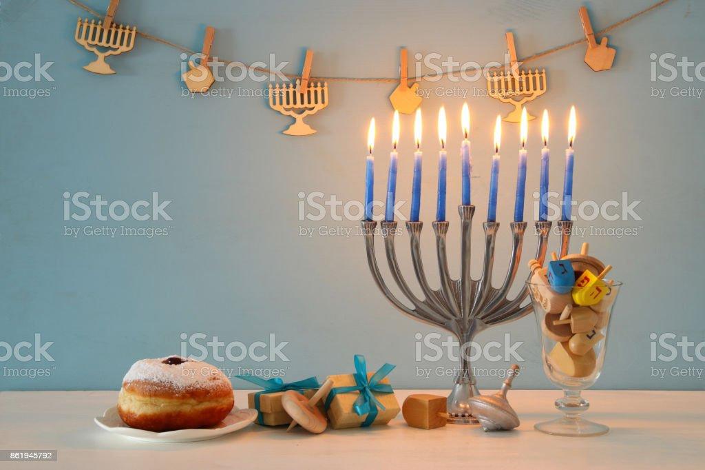 ユダヤ人の祝日のハヌカ本枝の燭台 (伝統的な燭台) 伝統的な回転トップと背景の画像 ストックフォト