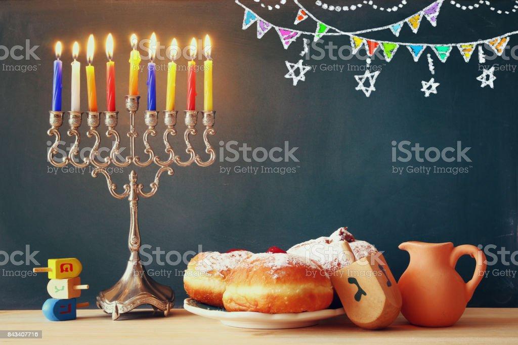 ユダヤ人の祝日のハヌカ本枝の燭台とのイメージ ストックフォト