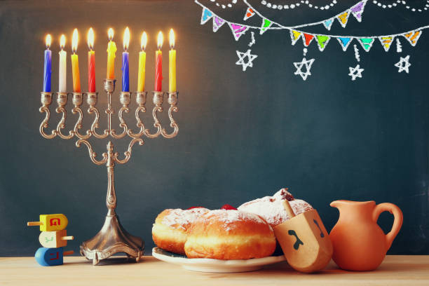 image de la fête juive de hanukkah avec la menorah - hanoukka photos et images de collection