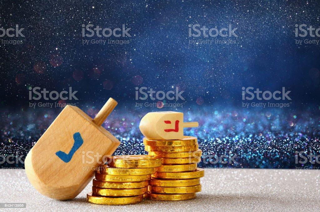ユダヤ人の休日木製ドレイドルとハヌカのイメージ ストックフォト