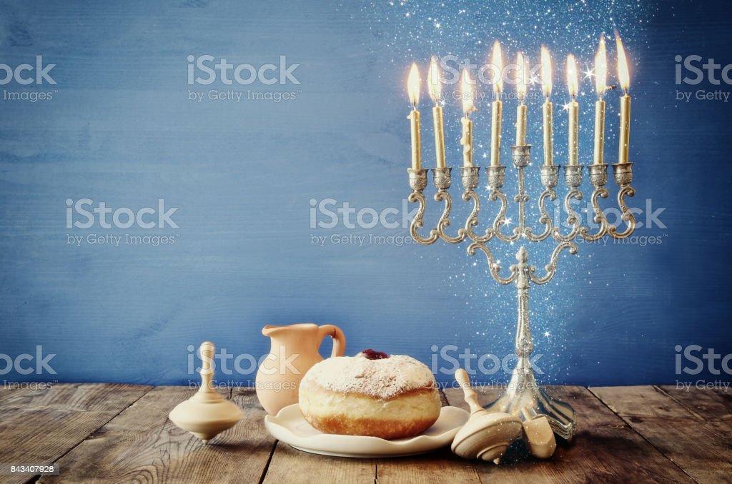 ユダヤ人の休日木製 dreidels とハヌカのイメージ ストックフォト