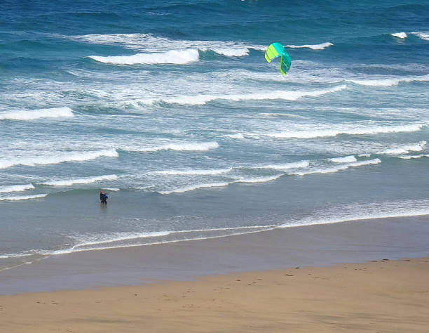 bild von kitesurfers flying eine führende aufblasbaren kite (lei - kitesurfen lernen stock-fotos und bilder