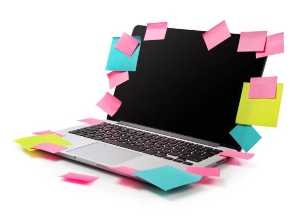 bild vom laptop voll von bunten klebrigen notizen erinnerungen isoliert auf weiss. arbeit-überladung konzept bild - pop up stock-fotos und bilder