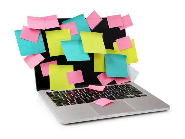 bild vom laptop voll von bunten haftnotizen erinnerungen auf dem bildschirm isoliert auf weiss. arbeit-überladung konzept bild - pop up stock-fotos und bilder