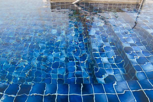 Bild von Luxus-Schwimmbad-Stufen, die hinunter in das tiefe Wasser und Schwimmer Chrom Handlauf Gesundheit und Sicherheit für Kinder, die schwimmen lernen, Quadrate von kleinen blauen Mosaik-Poolfliesen und reißendes Wasser verzerrt Foto, Regenbogen refl – Foto