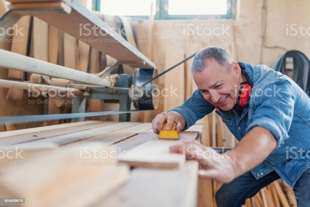 나무의 남성 가구 제조업 노동자 smoothening 작품의 이미지 - 로열티 프리 DIY 스톡 사진