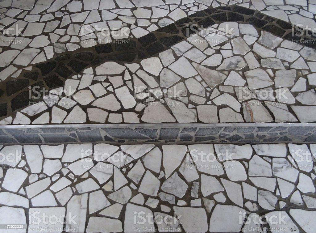 Immagine di un pavimento di marmo a mosaico con linee e curve tegole